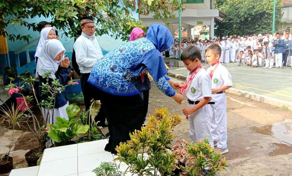 Ketua Yayasan Al-Jihad Cilodong Depok Dra. Hj. Neni Argaeni Berikan Penghargaan Kepada Muhammad Zhafari Syaban Yang Telah Mengharumkan Nama MI Al-Jihad di Ajang Lomba Karate