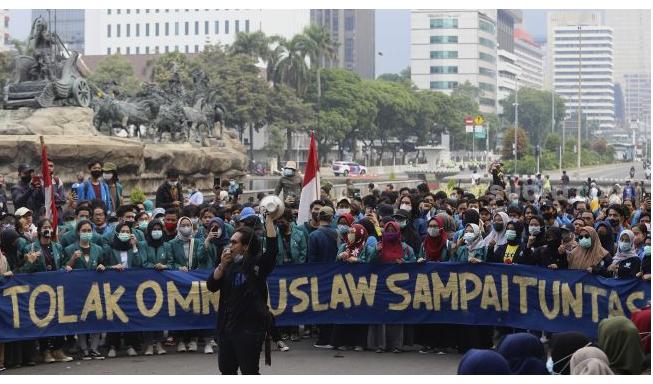 Seorang mahasiswa yang tergabung dalam Badan Eksekutif Mahasiswa Seluruh Indonesia (BEM SI) berorasi saat menggelar aksi unjuk rasa di kawasan Patung Kuda